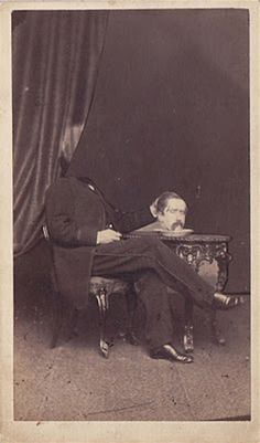 Before the Photoshop: Here Are 20 Creepy Headless Portraits From the Victorian Era Vintage Bizarre, Creepy Vintage, Vintage Halloween, Victorian Halloween, Halloween Pics, Victorian Photos, Victorian Era, Victorian Portraits, Photoshop