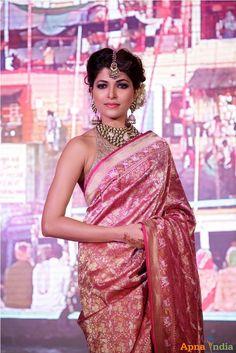 Search - neetu chandra shobha de at the launch of taj khazana banarasi collection Indian Bollywood, Bollywood Fashion, Indian Sarees, Pakistani Outfits, Indian Outfits, Beautiful Saree, Beautiful Outfits, Ethnic Fashion, Indian Fashion