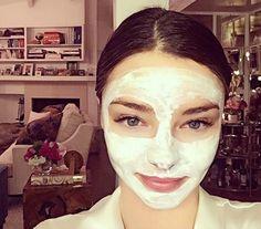 Watermelon-potato DIY face mask recipe The DIY watermelon-potato face mask that Miranda Kerr's facialist swears by Miranda Kerr, Homemade Face Masks, Diy Face Mask, Diy Mask, Curling, Potato Face Mask, Watermelon Face Mask, Diy Face Scrub, Body Scrub