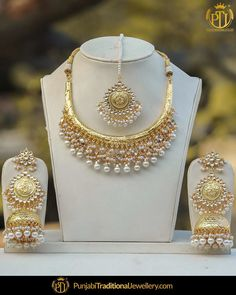 This brilliant Gold Hasli with intricate kundan and pearl designs can definitely catch everyone's attention. Pearl Necklace Designs, Gold Earrings Designs, Gold Jewellery Design, Indian Jewelry Sets, Indian Wedding Jewelry, Stylish Jewelry, Fashion Jewelry, Bridal Jewellery Inspiration, Emerald Jewelry