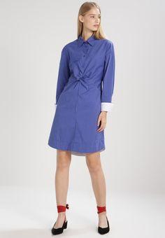 ¡Consigue este tipo de vestido camisero de Finery London ahora! Haz clic para ver los detalles. Envíos gratis a toda España. Finery London DESMOND  Vestido camisero blue: Finery London DESMOND  Vestido camisero blue Ropa     Material exterior: 97% algodón, 3% elastano   Ropa ¡Haz tu pedido   y disfruta de gastos de enví-o gratuitos! (vestido camisero, camisero, camisa, shirtwaist, shirt, tshirt, cami dress, shirtdress, hemdkleid, vestido camisero, robe chemisier, vestito camicione, cami...