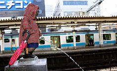 하마마츠초역(浜松町駅)의 오줌 싸는 어린이 동상