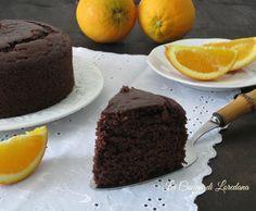 Un dolce semplice e veloce da preparare che vi conquisterà: Torta Arancia e Cioccolato, soffice e profumata, anche se senza uova, burro e latte