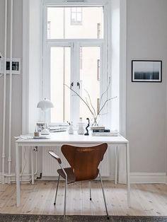 Jeder Raum ist nutzbar - für mehr Produktivität platziere dein Home Office direkt ans Fenster.