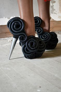 Ugly: Shoes made of millipedes and a metal spike Creative Shoes, Unique Shoes, Weird Fashion, Fashion Shoes, Funky Fashion, Funny Shoes, Weird Shoes, High Heels Stilettos, Shoes Heels