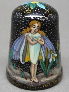 Febrero: Hada de la Gota - February: The Drop Fairy. Rusia. Mstera - Kuznetsova. Dedal ruso de papel mache lacado, pintado a mano. Thimble-Dedal-Fingerhut.