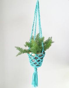 Crochet Pattern: T-shirt Yarn Plant Hanger, by Vickie Howell for Clover USA… Diy Crochet Gifts, Crochet Home, Free Crochet, Simply Crochet, Easy Crochet, Crochet Plant Hanger, Plant Hangers, Hanging Planters, Wicker Planter