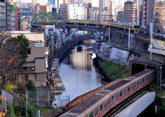 Kanda River by Giovanni88Ant Tokyo 南こうせつの神田川は神田川沿いの下町の下宿生活をイメージした歌と思いますかつてこの雰囲気を探しに神田川沿いを各所歩いたことがありますが残念ながらぴたり一致した所は見当たりませんその中で比較的私が描くイメージに近そうなのがここ聖橋から見た光景です今回の上京時に最初に撮影したポイントです 同時にここは本の電車の路線が交差するポイントでもあるためついでに本の電車が同時に通るタイミングを狙おうという欲張った計画を立てました しかしながら聖橋は工事中で肝心な古い建物は横からしか撮れずまた護岸工事の骨組みや川の中にはゴムホースが目につきますこれでは情緒喪失です そこで主題を古い建物から電車に切り替えて撮ったのがこの画像です30分かけて本の電車が交差するまで粘ったのですが駄目でした次回もう少し時間をかけて達成しようと目論んでいますこの風景写真としてそこまで粘る価値はないとは思いますが私は拘りたいと思いますhttp://flic.kr/p/Qdfrm8
