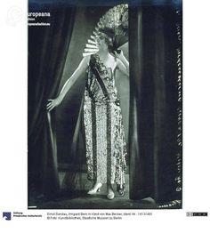 Model wearing a dress by Max Becker, photo by Ernst Sandau, 1922.   Courtesy Kunstbibliothek, Staatliche Museen zu Berlin, CC-BY-NC-SA