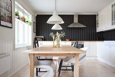 Black and white kitchen. Black And White, Kitchen, Table, Furniture, Home Decor, Black White, Cuisine, Homemade Home Decor, Blanco Y Negro