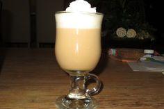 Eierpunsch - wie auf dem Weihnachtsmarkt 7 Eggnog Rezept, Winter Cocktails, Lassi, Hurricane Glass, Glass Of Milk, Food And Drink, Drinks, Cooking, Tableware