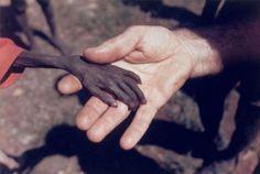 Mãos de um missionário segurando a mão de um garoto faminto  Leia mais: http://www.tudointeressante.com.br/2013/11/as-43-fotos-mais-emocionantes-ja-tiradas-ate-hoje.html#ixzz39CHmLVnk