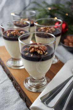 Juledessert - skal du prøve et alternativ til risalamande, så se denne opskrift på jule panna cotte med kirsebærgele og brændte mandler. Den er nem at lave, og kan laves i god tid! Panna Cotta, I Want To Eat, Crunches, Parfait, Nom Nom, Cake Recipes, Pudding, Yummy Food, Candy