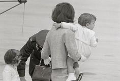 John F. Kennedy carries her son, John F., from a helicopter. John Kennedy Jr, Caroline Kennedy, Jfk Jr, Jacqueline Kennedy Onassis, Familia Kennedy, John Junior, John Fitzgerald, Future Husband, Children