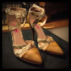 BETSEY JOHNSON HEELS SIZE 8 BETSEY JOHNSON HEELS SIZE 8 gold pin on one shoe missing see photo 3 shoes are in excellent condition Betsey Johnson Shoes Heels