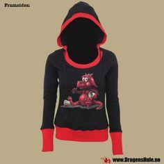 En svart langermet hettegenser i damemodell med røde kanter, vid hals og stor hette. Trykk på framsiden.  Materiale: Laget i 100% bomull. Vaskes vrengt på 40 grader. Stoffet har endel strekkevne.