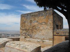 """LA TORRE DE LA PÓLVORA  Fue incorporada como un importante elemento defensivo a las reformas, tendentes a adaptar esa parte de la #Alcazaba a la defensa mediante el uso generalizado de la artillería.  -HORARIO: de 8.30h a 20.00h. (Martes, miércoles, jueves y domingo) -ACCESO: con la entrada """"#Alhambra general"""" y """"Alhambra Jardines, #Generalife y Alcazaba"""" -AFORO: máximo 30 personas"""