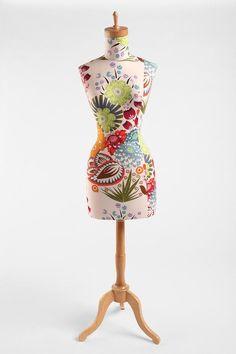 Floral Wood Base Dress Form #urbanoutfitters -pour reposer nos vêtements avant de les porter-