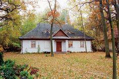 Dom w stylu dworkowym z drewnianą dachówką, który ma wiele nowoczesnych rozwiązań (np. energooszczędne ściany), dworekpolski.pl