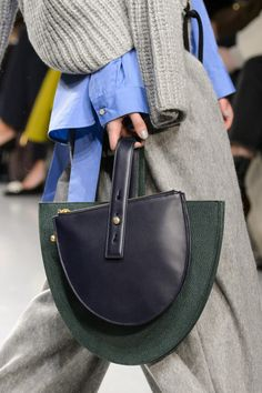Eudon Choi Fall 2017 Fashion Show Details - The Impression Fashion Bags, Fashion Show, Bags 2017, Vogue, Womens Fashion For Work, Beautiful Bags, My Bags, Purses And Handbags, Leather Bags
