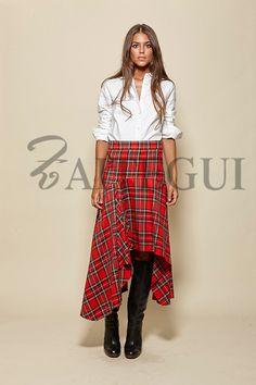 Falda asimétrica de cuadros escoceses rojos