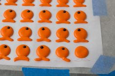 How to make goldfish using royal icing - put them on a cake or cupcakes as an edible decoration! Good use for leftover royal icing Royal Icing Templates, Royal Icing Transfers, Cake Templates, Fancy Cookies, Cute Cookies, Cake Decorating Tutorials, Cookie Decorating, Goldfish Party, Octonauts Party