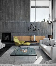 Contraste en amarillo. Sofa Charles y butaca Metropolitan de B Italia.