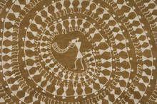 musée du quai Branly: Autres Maîtres de l'Inde Tarpa, danseurs autour d'un musicien de Jivya Soma Mashe, gouache ocre et bouse de vache sur toile © photo Aditya Arya partenaires médias de l'exposition