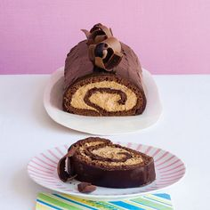 I love baking and this Chocolate-Espresso Roulade looks delicious. Köstliche Desserts, Delicious Desserts, Yummy Food, Chocolate Roll, Chocolate Espresso, Espresso Cake, Chocolate Roulade, Chocolate Cake, Yummy Treats