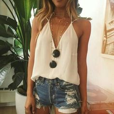 summer outfits ripped denim short shorts deep v neck Spring Break, Spring Summer Fashion, Spring Outfits, Look Boho, Look Chic, Fashion Moda, Womens Fashion, Look Con Short, Festival Looks