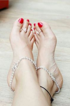 In this video, we will show you the latest trendy women's ankle bracelets, foot jewelry, anklets, toe rings & more. Find out the perfect foot jewelry for you. Silver Anklets Designs, Anklet Designs, Beautiful Toes, Pretty Toes, Womens Ankle Bracelets, Mehndi Designs, Toe Ring Designs, Ankle Jewelry, Women's Jewelry