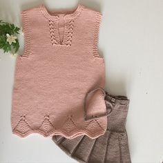 Foldeskjørtet har fått følge av en #sommertopp Klar for flere varme vår og sommerdager☀️ #foldeskjørt #gustavogberta #dalegarnlerke #dropsoppskrift #restegarnstrikk #strikkemamma #knitforkids