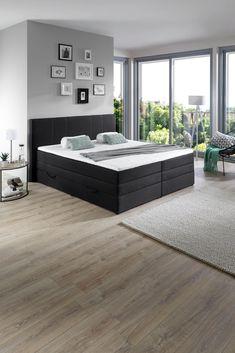 Wir lieben Boxspringbetten! Und finden diese EInrichtungsidee richtig gut: Ein schwarzes Bett integriert in einen hellen Raum - das hat Charakter!