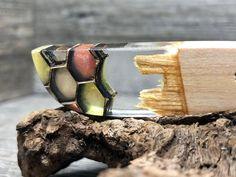 Herren Holz Epoxid Halskette , Holz Schmuck mit Resin, Bohemian Schmuck, Geschenk. Das perfekte Geschenk zum Vatertag, für sich selbst oder seine Lieben ist dieser Harz Anhänger aus Kirsch Holz.Die Halskette ist im Boho Dread Schmuck Design.Gebrochenes Kirsch Holz wurde für diesen Anhänger mit klarem Resin und mehrfarbigen Holzwaben umfasst. Der Anhänger kann mit Edelstahlkette, Baumwollband oder Lederband in verschiedenen Längen geliefert werden Hippie Style, Jewelry Accessories, Unique Jewelry, Schmuck Design, Cuff Bracelets, Jewelery, Rings For Men, Etsy, Artist