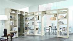 meuble de rangement dans le salon ouvert vers la salle