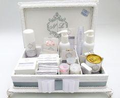 Caixa de madeira forrada em tecido com divisórias. Possui bordado na tampa. Incluso itens de higiene e medicamentos com rótulos personalizados. tamanho 33x25 R$ 358,00