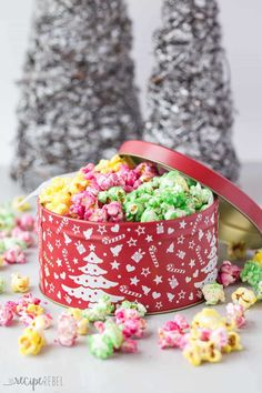 Candy Popcorn is an easy holiday treat that is perfect for gift giving! My Grandma's recipe :) Salad Recipes Holidays, Holiday Recipes, Christmas Snacks, Christmas Baking, Christmas Gifts, Christmas Cakes, Christmas 2019, Candy Popcorn, Candy Apples