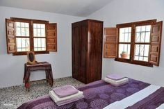 Slaapkamer 2 met authentieke luiken.