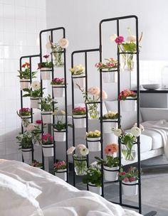 Du träumst von einem Garten, hast aber nur eine kleine Wohnung? Probier es doch mal mit SOCKER Blumenständer für drinnen und draußen in Grau als Raumteiler!