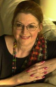 Barbara Lewandowski  a passé son enfance en Californie.  où elle a rencontré son mari, George Wood,  Après avoir travaillé toute la journée en salle d'opération, je rentrais chez moi le soir et j'écrivais des textes  c'est en 80 qu'elle connut le succès, avec la publication de Et l'aube vient après la nuit, qui devint un énorme best-seller. Plus d'une dizaine de livres plus tard, la renommée de Barbara Wood ne s'est pas démentie. En vente ici : La dernière chamane