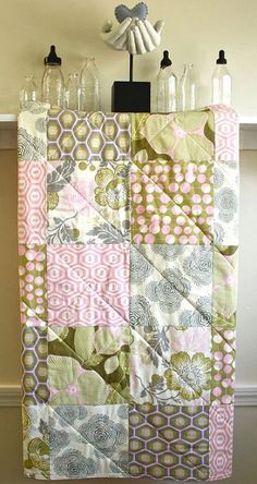 Visto aquí: http://www.etsy.com/listing/99762610/baby-crib-quilt-optic-blossom-by-amy