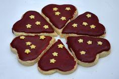 Encore de jolis petits sablés pour Noël! Ingrédients pour une cinquantaine de biscuits 300g de farine 160g de beurre mou 60g de sucre 1 sachet de sucre vanillé 4 jaunes d'oeufs Pour le glaçage : 1 blanc d'oeuf 150 g de sucre glace 1/4 cuill. à café de...