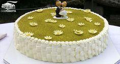 Torta nuziale a cestino con margherite