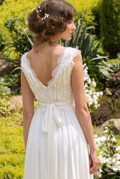 Fait sur commande Une élégante robe de mariage avec un corsage de dentelle Français de style Vintage difficilement décoré et une jupe en mousseline de soie qui tombe. Utilisé pour la fabrication d'un corsage de robe en tissu dentelle mérite une attention particulière. Très élégant