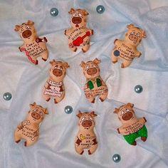Вот такие поросятки с ароматом кофе с корицей у нас получились. Надпись и образ можно менять, что даёт разыграться вашим фантазиям.… Pig Crafts, Piggly Wiggly, Paper Mache, Gingerbread Cookies, Holiday Crafts, Clay, Dolls, My Favorite Things, Sewing