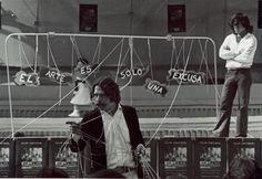 Felipe Ehrenberg:  Participou do movimento de vanguarda Fluxus, nos anos 60 e 70. O Fluxus foi criado na Europa em 1961 com a proposta de inserir a arte no cotidiano das pessoas. Entre os 250 trabalhos de Manchúria: Visão Periférica há cartazes, pinturas, esculturas, instalações, fotografias, vídeos, livros e registros de performances. As obras ressaltam a força iconoclasta do artista, sobretudo nos hilários ataques à Igreja Católica e aos partidos políticos de seu país.