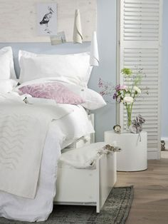 Farben für kleine Räume: Verträumte Töne  Jetzt schlagen wir die verträumten Töne an. In einem kleinen Schlafzimmer mit Rosa und Zartblau schlummern Sie sicher gut und träumen schön. Der Wand steht Hellblau besonders gut. Als Kombinationspartner steht der Bettwäsche Weiß gut zu Gesicht.  (ColorStudio Wandfarbe, Aqua C4, Alpina)