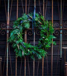 Klassiskt mustigt rött, buketter i frostiga eller blekrosa nyanser. Med julens snittblommor, granris och kottar dekorerar vi julen med doft.