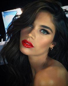 Sara Sampaio makeup red lips