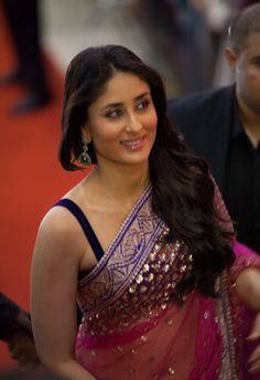 Some Lesser Known Facts About Kareena Kapoor Does Kareena Kapoor smoke?: No Does Kareena Kapoor drink alcohol?: Yes Kareena Kapoor drinks wine Kareena is o Kareena Kapoor Saree, Bollywood Saree, Indian Bollywood, Beautiful Bollywood Actress, Beautiful Actresses, Karena Kapoor, Glamour, Indian Outfits, Indian Clothes